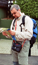 Thomas beim Studieren einer Wanderkarte